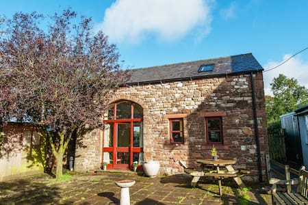 Tranquil barn in fellside village - House