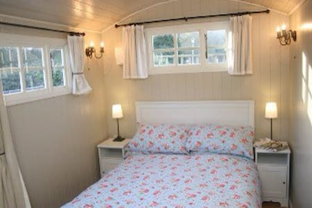Romantic  En suite Shepherds Hut - Hut