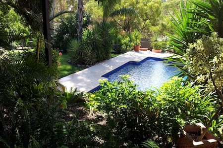 Tropical Paradise- hidden treasure - Valley View - Bed & Breakfast