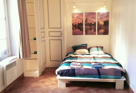 Very central, cosy and quiet apartment in the heart of Marais (Paris 4ème). Very accessible: located only 3mn walking to subways Saint-Paul, Bastille & Sully-Morland. In the very center of Paris: 3 mn walk to place des Vosges, 10mn to Notre-Dame.