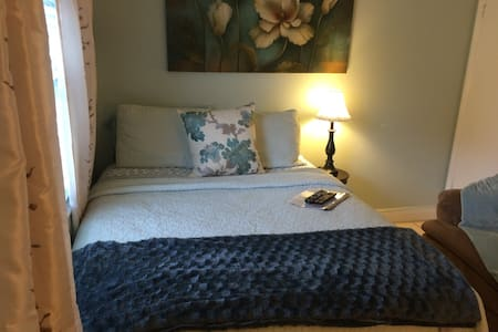 Beautiful queen bedroom - Greenacres