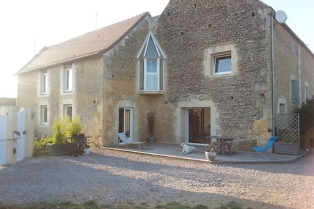 Grande maison en pierre rénovée - Vieux-Fumé - Huis