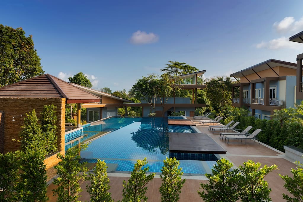 Swimming Pool with Spa Bath, Swim up bar & Outdoor Shower Facilities