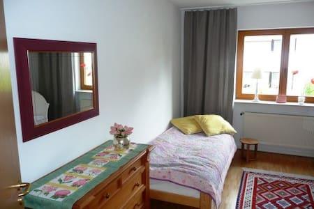 Komfortables, großes Zimmer mit Bad - Rodgau