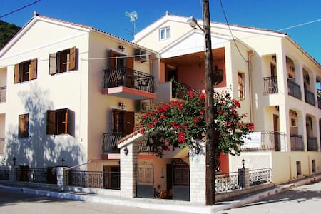 Alexatos  Apartments close to the center & seaside - Agia Effimia - Daire
