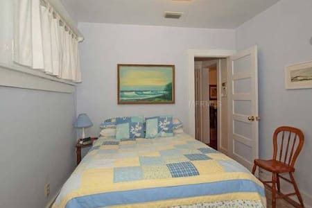 Cozy bedroom with a comfortable double bed in the historic district of charming Mt. Dora... within a ten-minute walk to shops and  restaurants. Mt. Dora is only 75 minutes to the beach and 40 minutes to Orlando and the major theme parks.