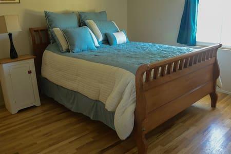 Cozy Room in Ocean-View Cottage - Ház
