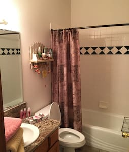 Cozy, comfortable bedroom with bath - Cheyenne - Hus