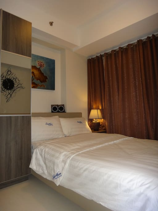 Bedroom facing the Entertainment City (fully curtained, double curtains)