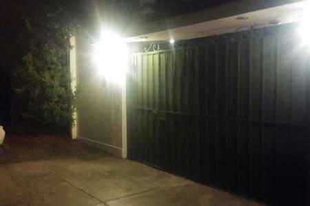 Casa con 5 minideptos en condominio - House
