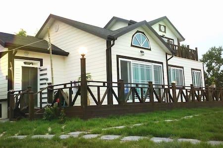 [1층] 남해 '노을마당' 반짝이는 바다가 보이는 예쁜 펜션 - Namhae-gun - Casa
