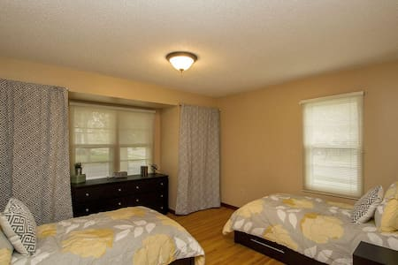 Remodeled 2br Apt Near Downtown, Spacious, Laundry - Apartamento