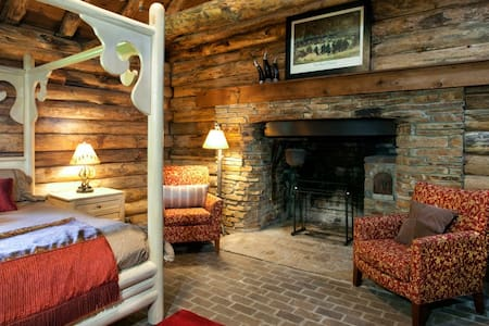 St. Louis Metro East Log Cabin - Chalet