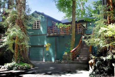 Classic Riverfront Retreat with Magnificent River View, Traditional Furnishing, Hot Tub, Seasonal Dock & Boats (July & Aug); Short Drive to Downtown Guerneville, Wine Tasting, Golf, Hiking. WIFI. Keyless Entry. Your Well-Behaved Dog is Welcome.