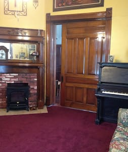 Parlor Room in an Historic Home - Gainesville - Casa