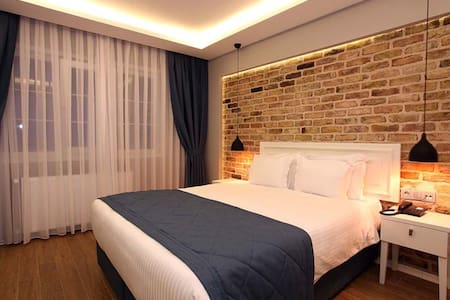 Taksim Metro Station is just 100m and Istıklal Avenue is 200 m from the hotel. This charming room includes a flat-screen TV, air conditioning, electric teakettle and a minibar.