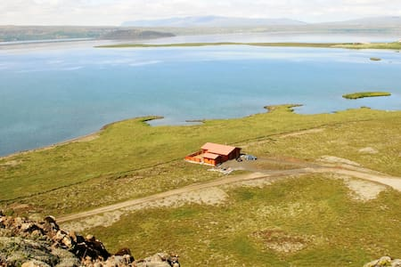 "Lakeside Cabin at ""Þingvellir"" - Zomerhuis/Cottage"