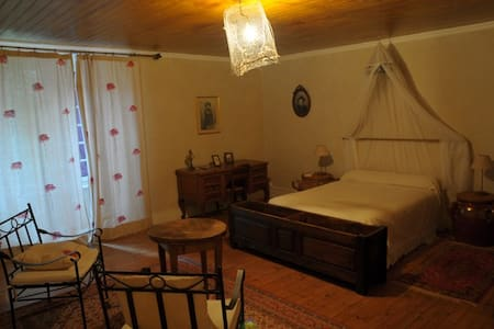 "B&B Ferme des P. ""Chambre Violette"" - Bed & Breakfast"
