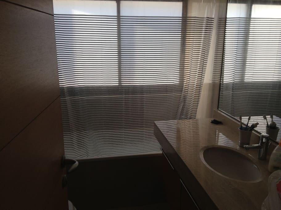 2nd bathroom (room 2& 3) / Segundo Bano (nab. 2& 3)