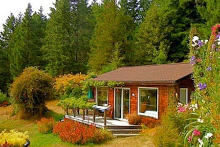 Quiet Meadow Cottage near Mendocino
