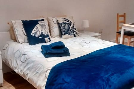 Lovely spacious, airy, room in coastal property - Casa