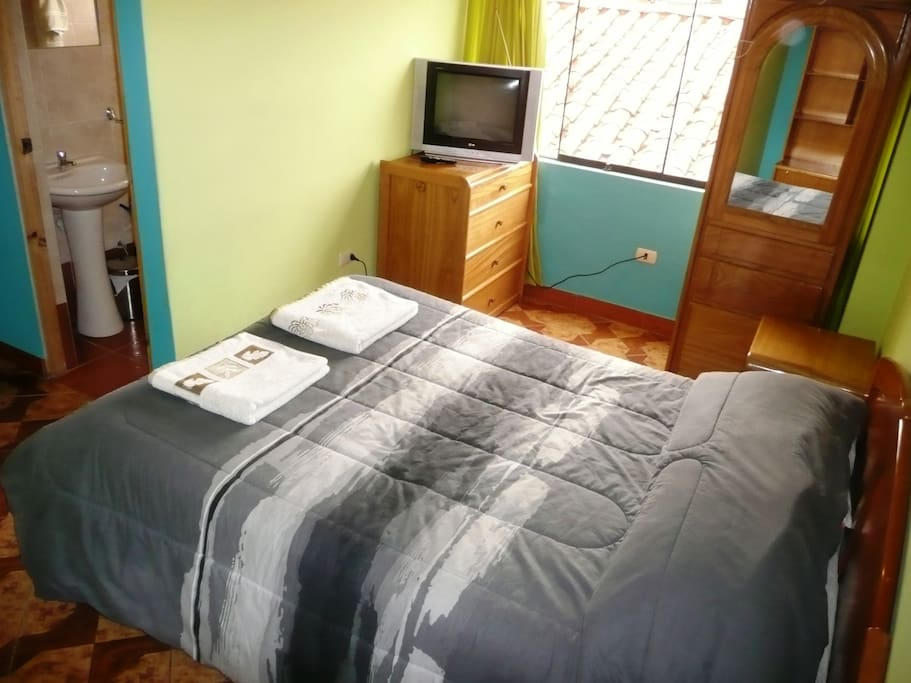 Room with a queen bed and Private Bathroom / Cuarto con Cama Matrimonial y el baño privado.