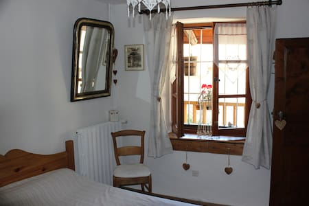 """1 Chambre """"typiquement montagnarde"""" des HAlpes - Le Monêtier-les-Bains"""