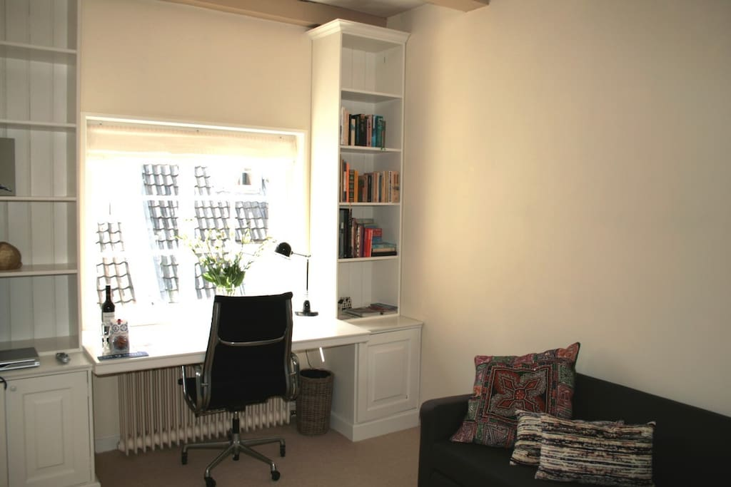 Living room with free wifi, music, flatscreen TV and city guides