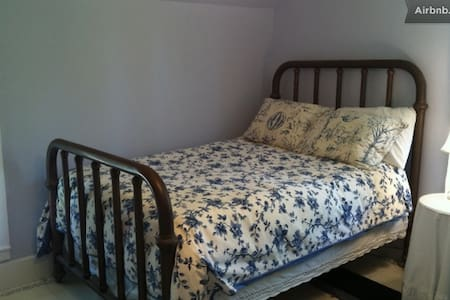 Quiet & comfy Periwinkle Blue Room - Hus