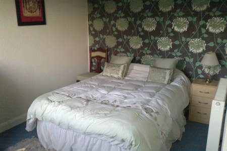 Double bedroom available in Guisely - Apartment