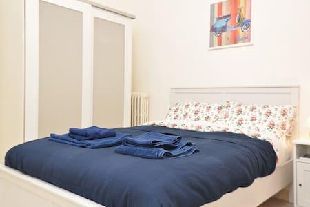 Vespa room with private bathroom - Rome - Apartment