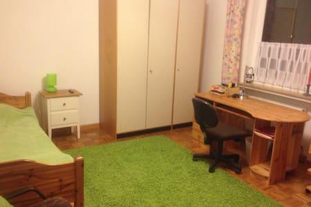 Großes Zimmer in Haus mit Garten