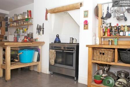 Lovely room (B) Pontcanna, Cardiff - House