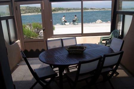 Maisonnette face au lac marin et près du port - Appartement