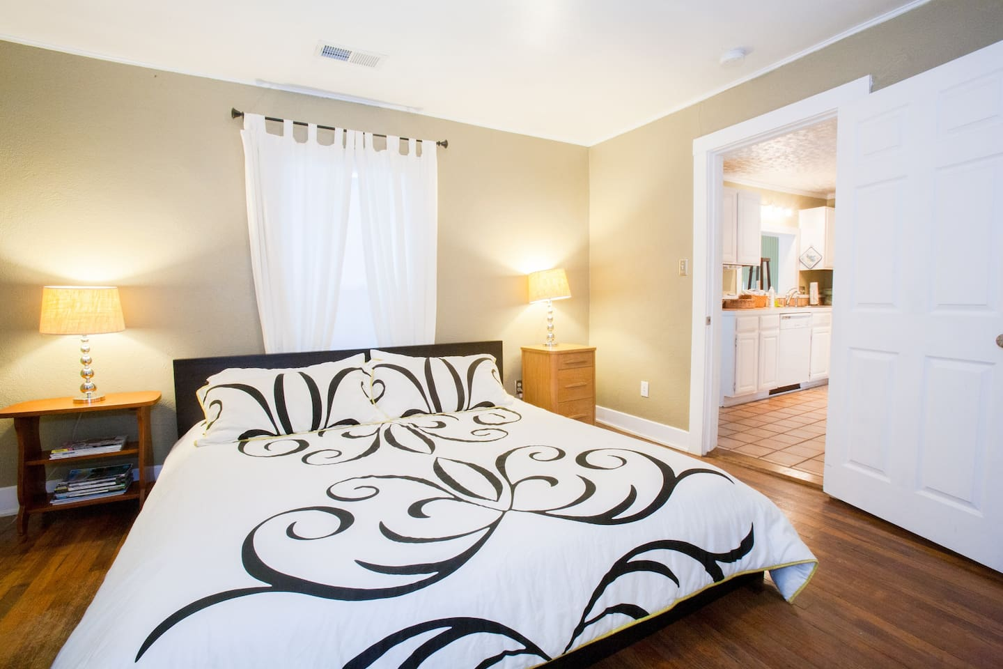 Welcome to your retreat!  After a fun day of exploring the SoCo drag or catching a show at the Continental Club, relax on this spacious king-sized mattress with new linens.