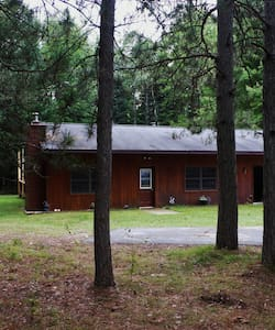 Quiet forest cabin for hunters, couples, families - Casa