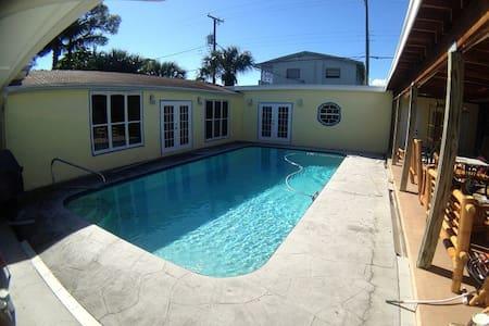 Pool- Beautiful Palmway, Near Ocean - Villa