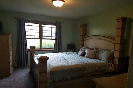 Need a nice clean place to stay for the weekend? - Indianapolis - House