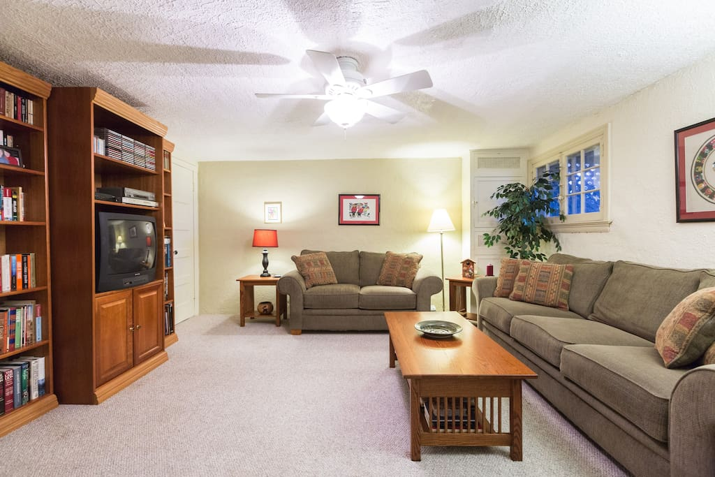 family room with cable TV