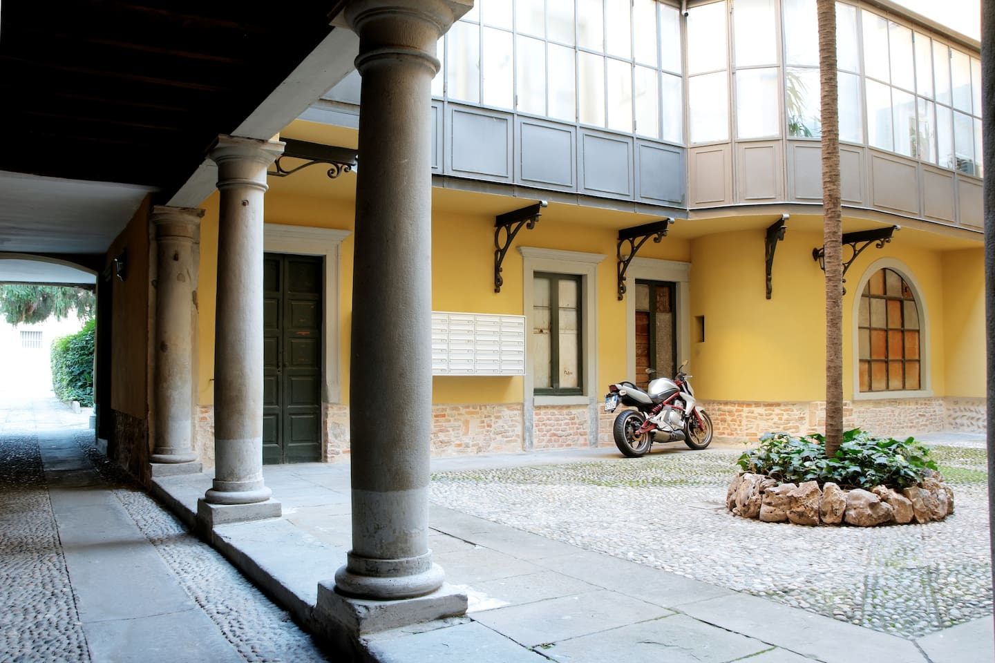 Internal place with parking bikes and motorcycles.- Cortile interno con posto bici e moto.