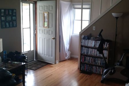 Room Near U.S. Border & University - Windsor - House