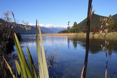Nelson Lakes. Hidden Treasure Bach - Kabin