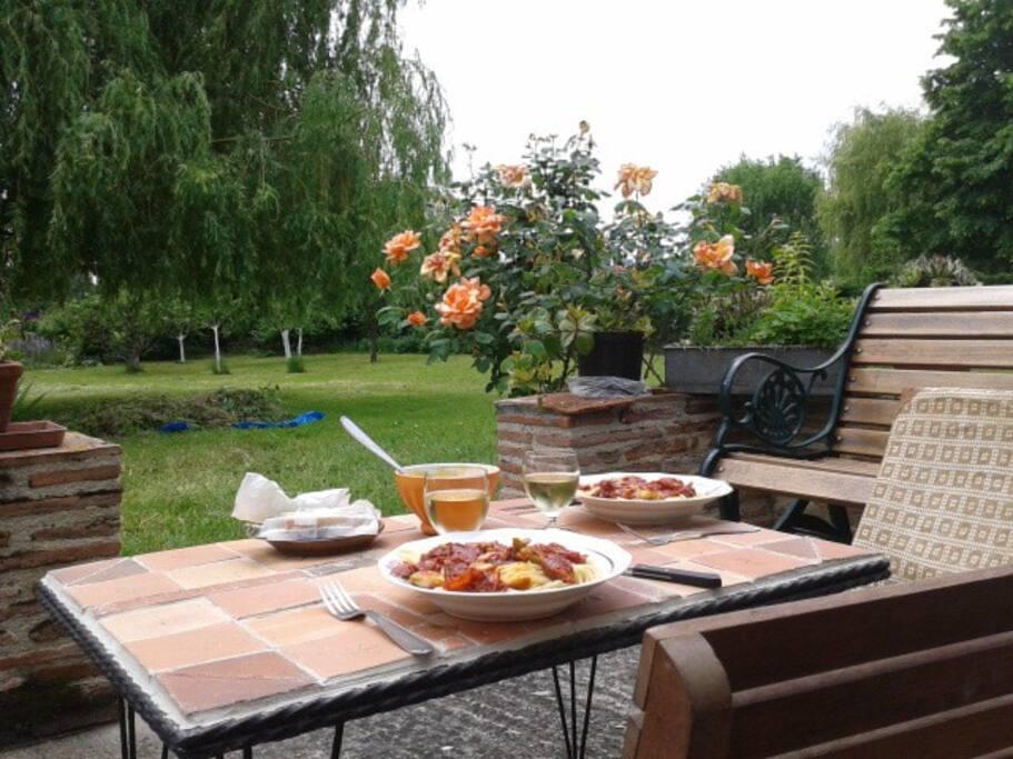 Déjeuner sur la terrasse - Eating out on the terrasse