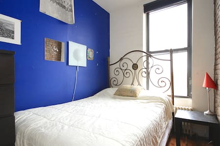 Charming one bedroom in large, sunny 3 bdrm apt in the heart of one of the coolest hoods in Brooklyn. 20 mins to downtown Manhattan, fully equipped kitchen, huge living room & roof access. See the empire state building from the bathroom window!