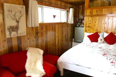 The Little Danish Cabin-Private Rustic Cozy Cabin! - Banks - Cabin