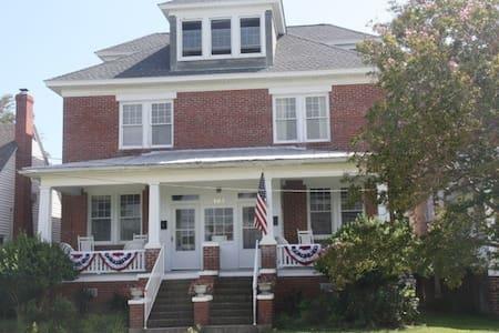 1923 House 1 Block to Beach Dog OK - Casa
