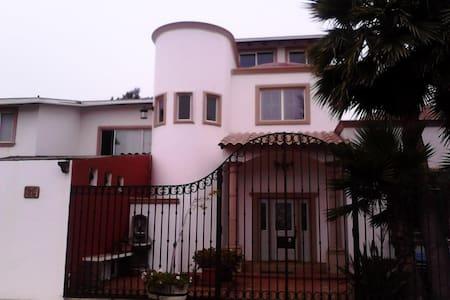 Habitaciones o casa completa - Casa