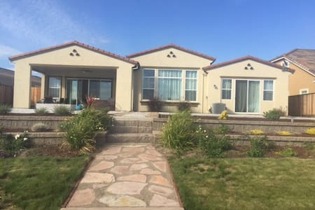 Tranquil, beautiful, large new waterfront home - Oakley - Hus