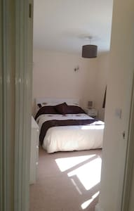 Conveniently located double bedroom - Royston - House