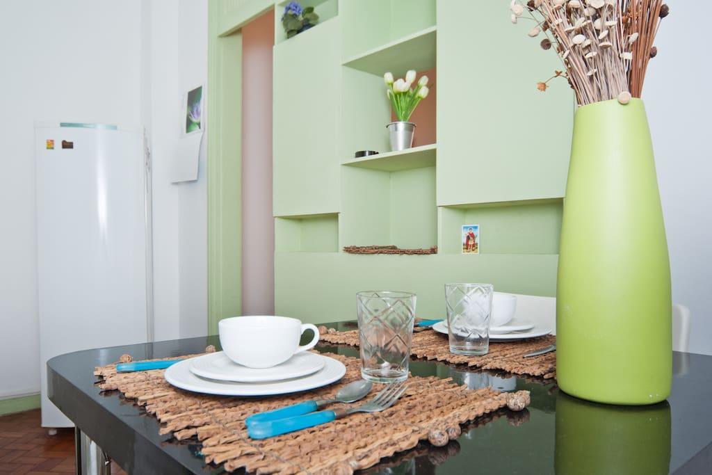 sala com mesa para quatro pessoas